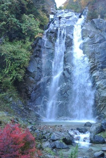 果樹園が広がる丘陵地から山道を進むと、秋の装いを纏う滝があった。