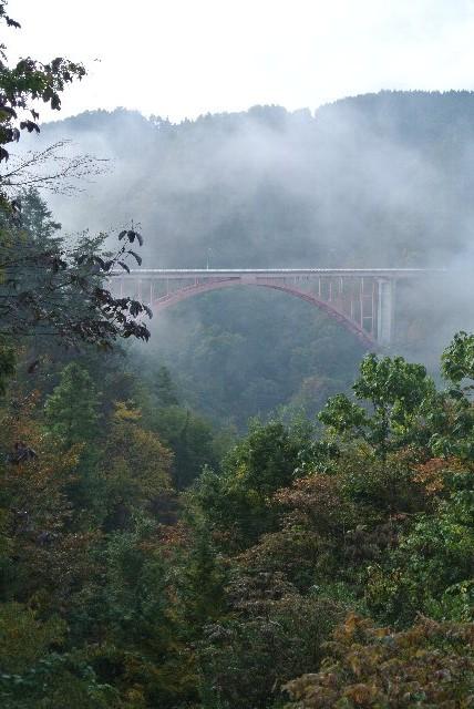 霧に沈んでいなくても、谷を跨ぐ橋の姿が美しい場所です。