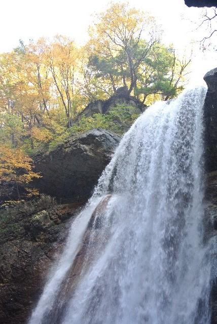 岩盤がかなり渓谷の方へせり出していて、滝の全体を見渡すのが非常に難しい滝。