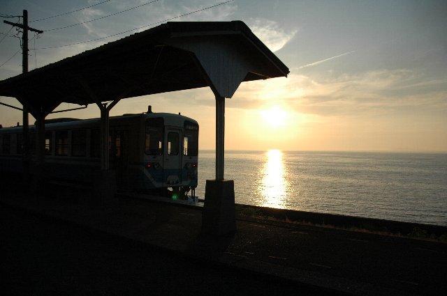 前日、取り損ねたカットをしっかり撮影するため、二日連続で下灘駅へ。