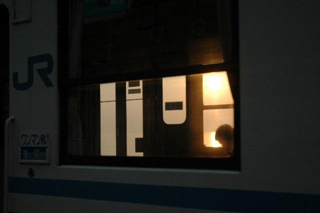 敢えて、列車に乗りながら夕陽を眺めるというのも贅沢かも知れません。