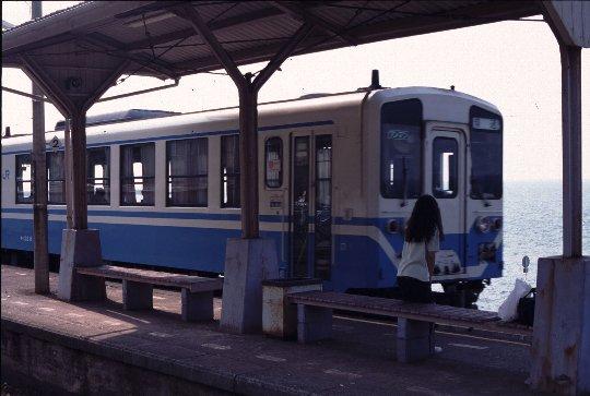 宇和島と松山を結ぶ特急は山側(内子経由)ルートを走るようになり、下灘駅に来るのはローカルなディーゼル列車のみ。