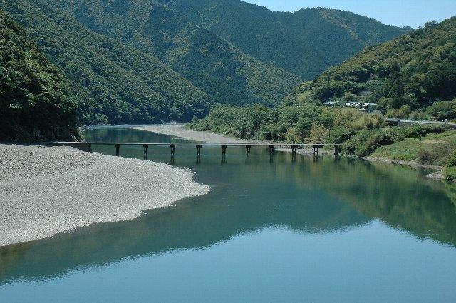 周囲の山々、四万十川の流れとともに、沈下橋も完全に風景に溶け込んでいます。