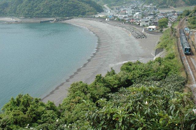 線路脇の小道を上ると、駅と海を俯瞰できる場所に立つことができる。