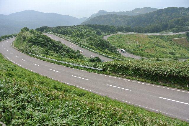 この九十九折りは志賀草津道路に似たものを感じます。