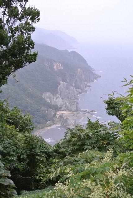 浜に下りない人は仏ヶ浦遊覧船入口の少し北にある展望台から、仏ヶ浦を一望できるポイントがあります。