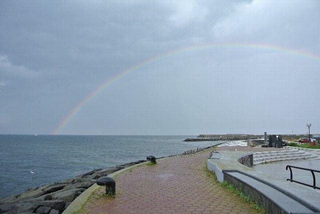 一時は二重で虹が架かり、岬を訪れている人達から歓声が上がりました。