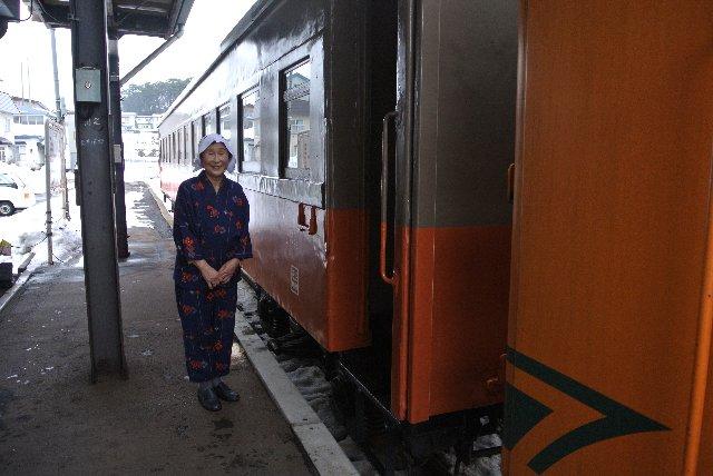津軽中里〜金木間だけ乗車したストーブ列車名物のお姉さんです。