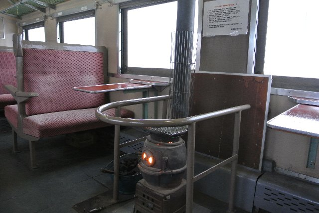 冬はストーブ列車に、夏は鈴虫列車に変身して、観光客誘致に一役買っている。