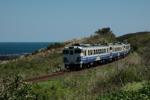 海沿いで休憩してたら、急に列車がやってきた。その割にはばっちり決まってます。