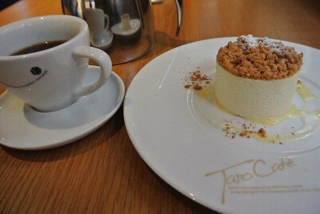 チーズケーキは甘さ控えめ、上に振りかけられたシナモンが美味しさを引き立ててくれます。