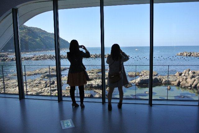 加茂港付近の日本海に面した断崖絶壁に建っている。