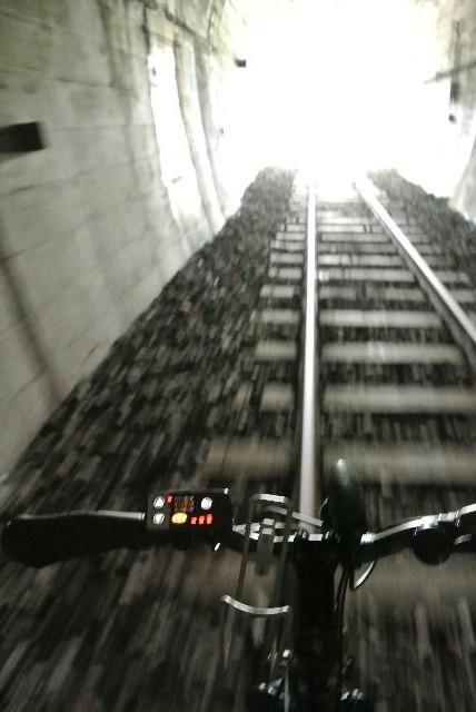 暑い日にはトンネルの中の冷気が心地良い。トンネル出口手前で撮影すると、良い感じで画像がブレてくれました。